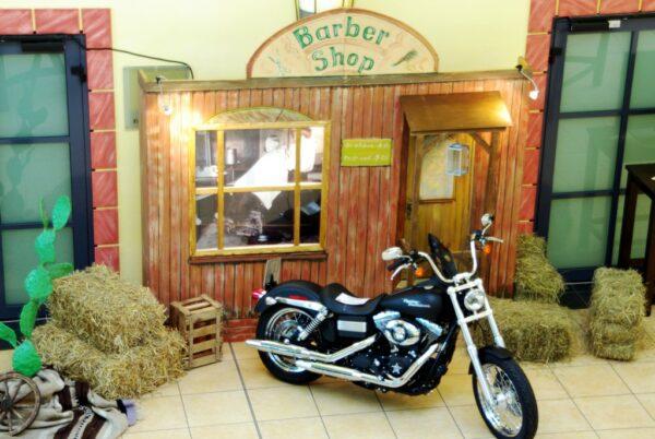 Ballonrasieren mieten vor Western-Dekostellwand Barber Shop