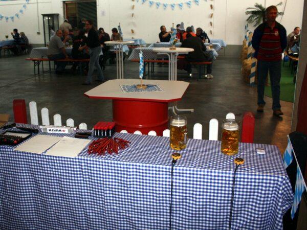 Bierzeltgarnitur mit blau-weissen Hussen mieten Oktoberfest Gaudiolympiade