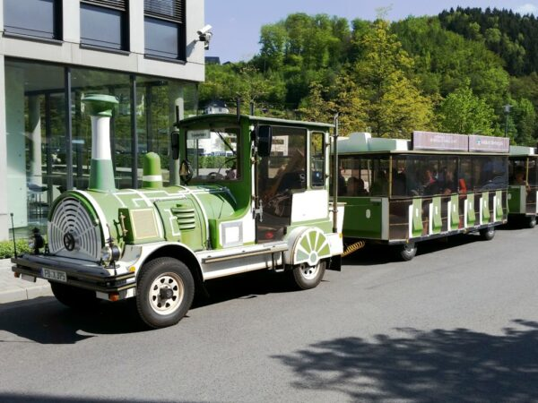 City Bahn Jumbo grün weiß Straßeneisenbahn mieten Frühlings-Express Gummersbach Wegebahn