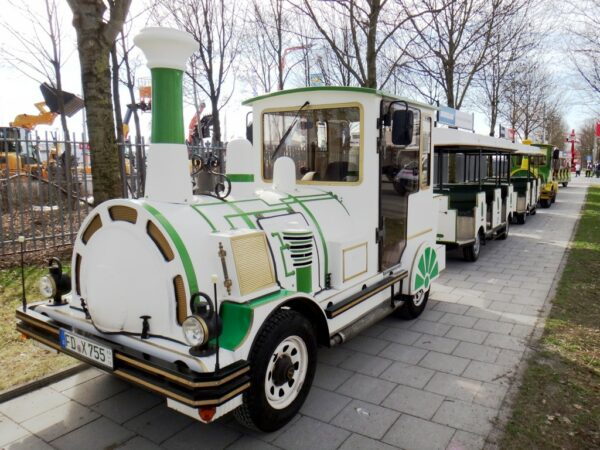 City Bahn weiß-grün Bimmelbahn mieten Shuttleverkehr Messe München