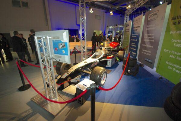 Formel 1 Simulator schwarz silber F1 Mercedes Silberpfeil mieten