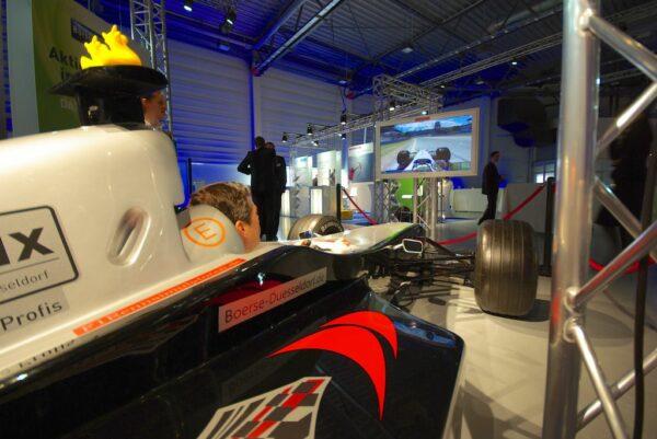 Formel 1 Simulator schwarz silber Messestand Silberpfeil
