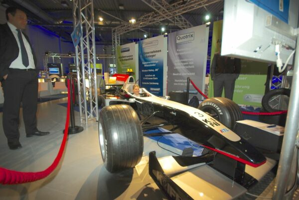 Formel 1 Simulator schwarz silber Rennsimulator leihen