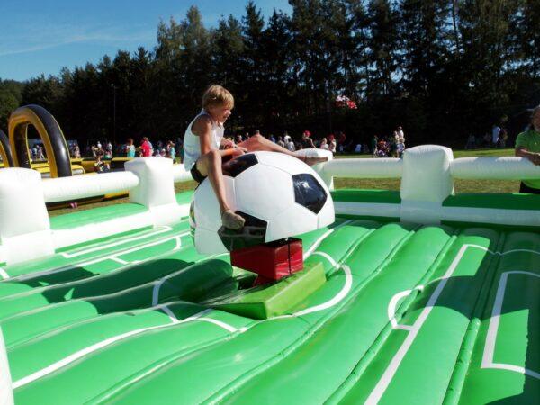Fußballrodeo Rodeoanlage mit Aufsatz Fussball und Sicherheitskissen im Fussballdesign