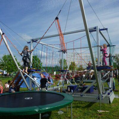 Hochseilgarten mobil Kinder mit Bungeetrampolinen