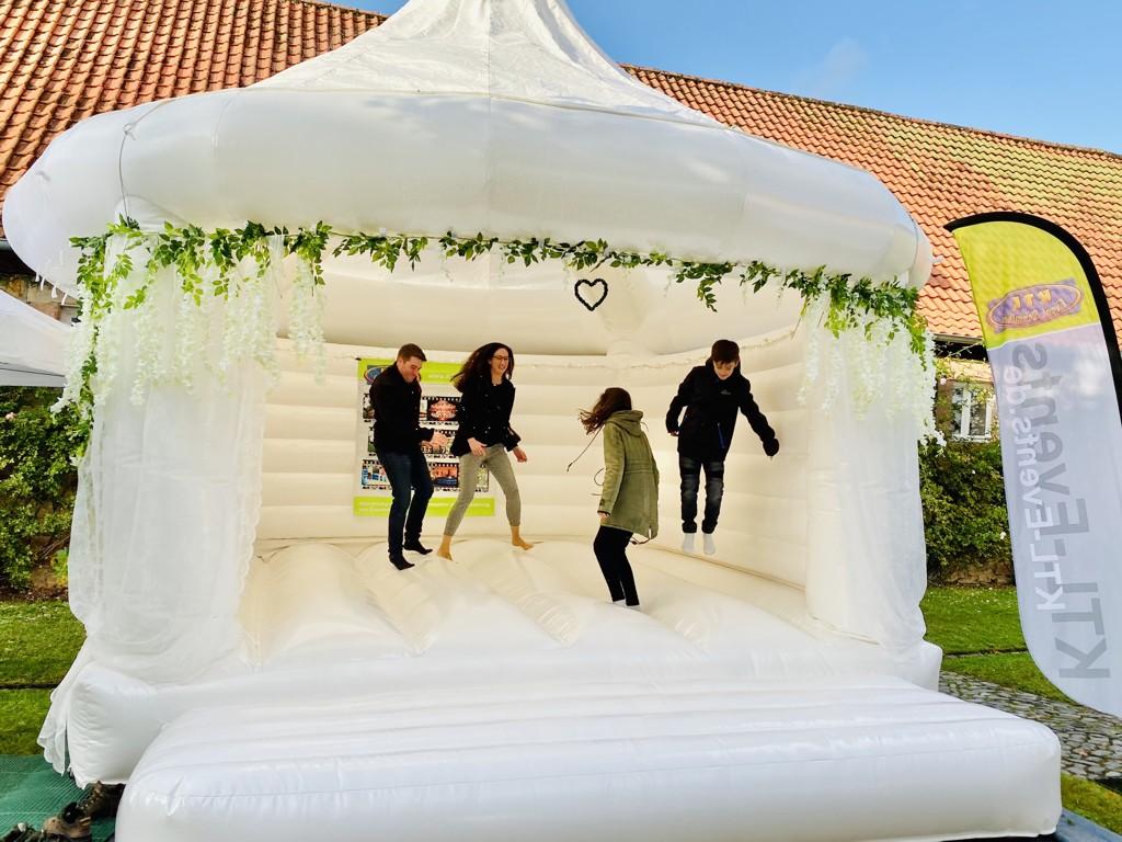 Hochzeitshüpfburg mieten weiße Hüpfburg