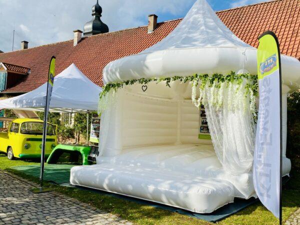 Hüpfburg Hochzeit mieten liebevoll dekoriert