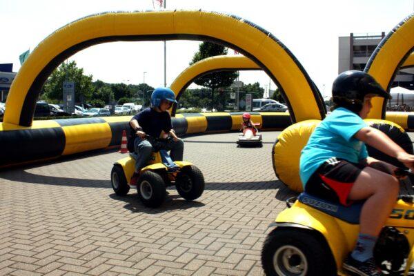 Kinderfahrschule mit 4x F1-Elektrofahrzeugen Elektromobilität für Ihre kleinen Gäste
