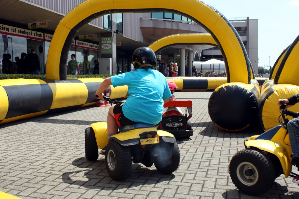 Kinderfahrschule mit 4x F1-Elektrofahrzeugen in einer aufblasbaren Sicherheitsumrandung
