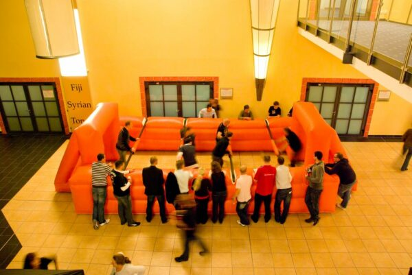 Menschenkicker (Kompaktversion) aufblasbarer Menschenkicker mit Stangen Human Table Soccer