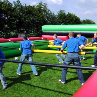 Menschenkicker XL mit Stangen mieten Human Table Soccer Teambuilding