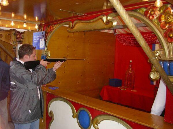 Nostagiebude Spielbude Marktbude Schiessbude Korkenschiessen mit Luftgewehren
