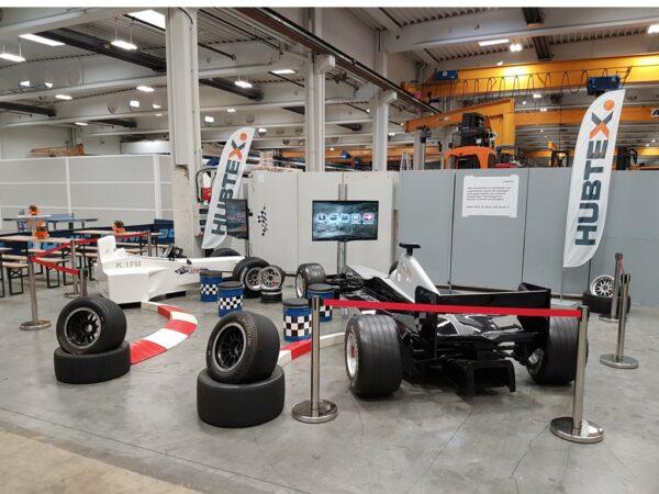 Personenleitsystem Absperrständer chrom Gurtband rot zur Absperrung eines Formel 1 Racingsimulators auf einem Messestand
