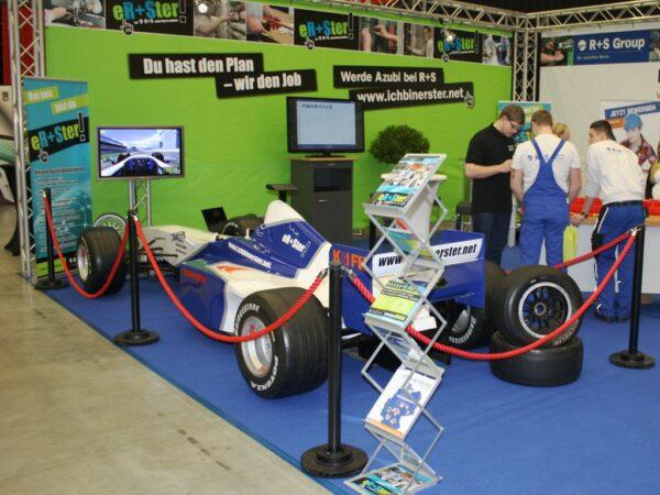 Personenleitsystem Racing Absperrständer schwarz Kordel rot mieten - Absperrung für Formel 1 Racingsimulator auf Messestand