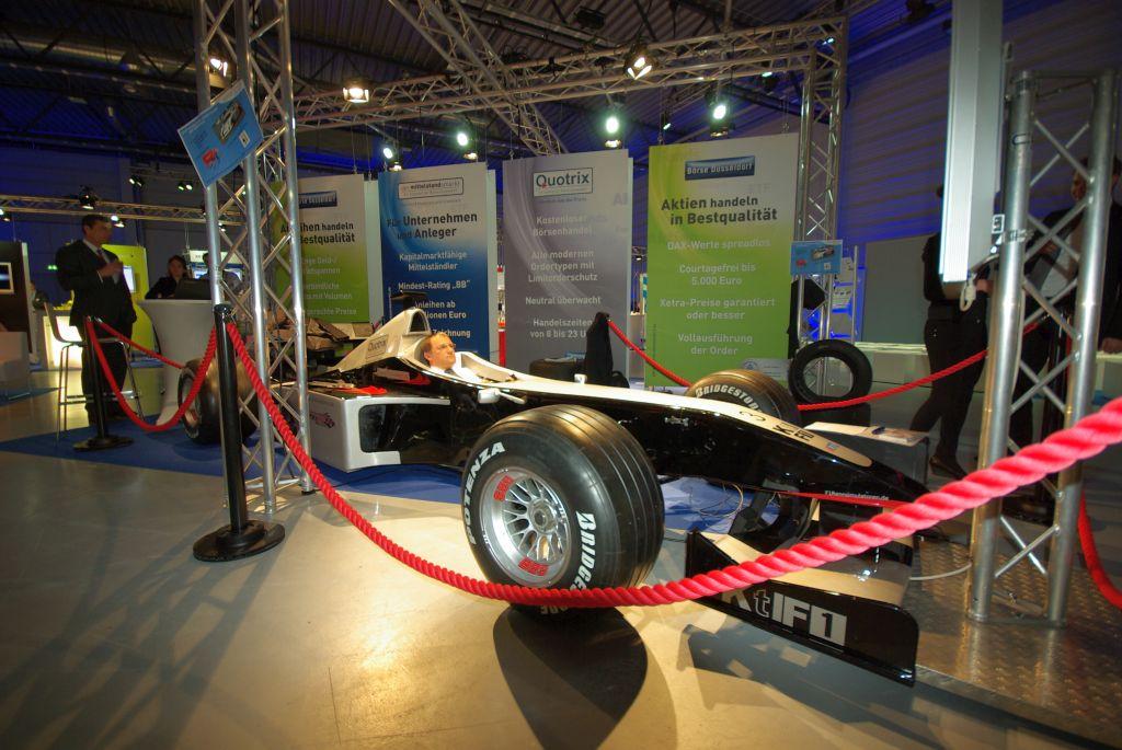 Personenleitsystem Racing mieten - Abgrenzung für Formel 1 Rennsimulator auf Messestand