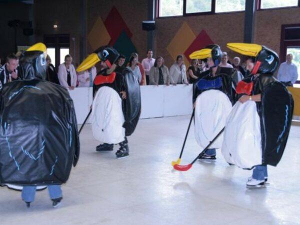 Pinguin Eishockey Turnier in gepolsterten Sumoringer Kostümen
