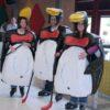 Pinguin Eishockey auf Kunststoffeislaufbahn