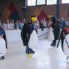 Pinguin Eishockey ein Riesenspaß mit passender Eislaufbahn
