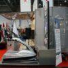 Professionelle LCD Monitore mit Alutruss Ständer mieten Integration in Messestand möglich