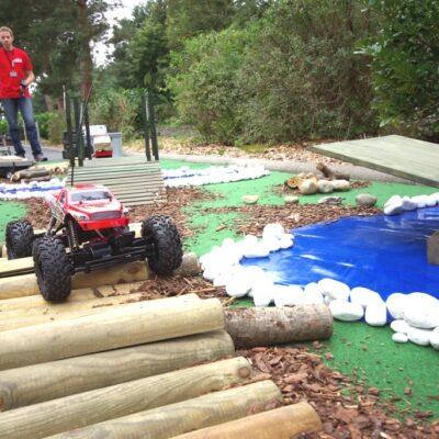 RC Offroadparcours mit ferngesteuerten Autos Rennparkour Crawling
