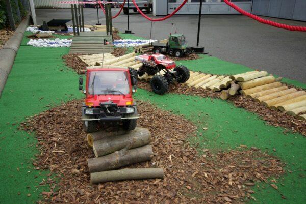 RC Offroadparcours mit ferngesteuerten Rock Crawlern