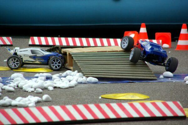 RC Offroadparcours mit funkferngesteuerten Modellautos