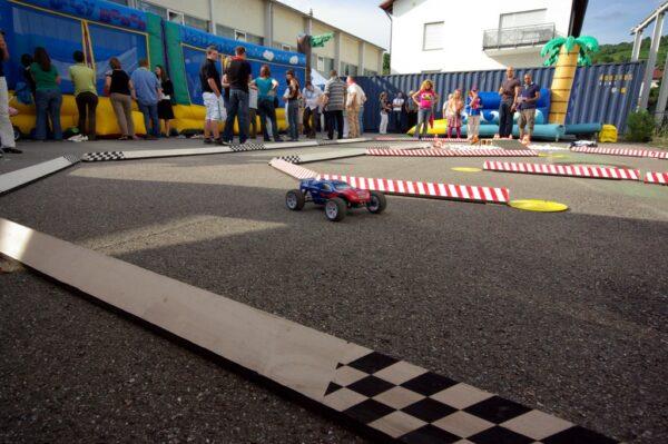 RC Rennparcours mit ferngesteuerten F1 Rennwagen