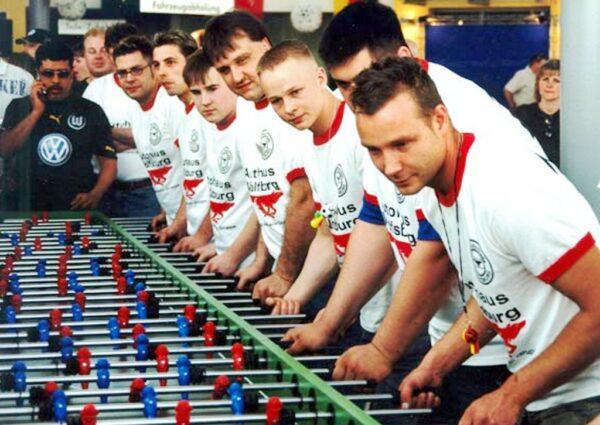 Tischkicker XXXL für 2 komplette Fussballmannschaften